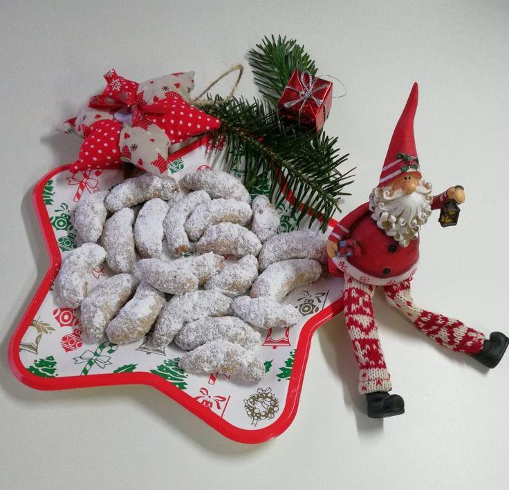 Vaniglia, mandorle e burro. Il profumo di questi biscotti inebria casa. Di Natale. I Vanillekipferl, o cornetti di Natale, sono i biscotti natalizi per eccellenza a Vienna. E un po' in tutta l'Austria. Sembrano ricoperti di neve e profumano di buono. Di dolcezza, e di Natale...Da novembre, quando le strade iniziano a colorarsi di oro, rosso e aghi di abete, questi piccoli, deliziosi cornetti di pastafrolla riempiono supermercati e mercatini. Pare che la loro forma derivi dallo spicch...