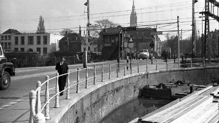 de spoorwegovergang met de vertrouwde spoorboomhekken - tussen Binnenwaterslaat en Buitenwatersloot - Delft -1960