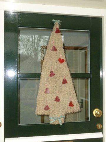 Kerstboom van kippengaas & mos, met hartjes van kaarsenvet.