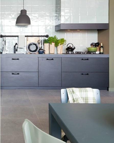 handvorm wandtegel keuken |  via mozaiek utrecht | betonlook tegels op de vloer