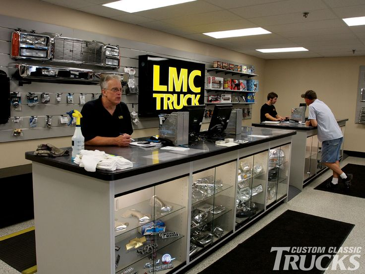 1002cct_01_o+lmc_truck_shop_tour+vintage_parts_vendor.jpg (1600×1200)