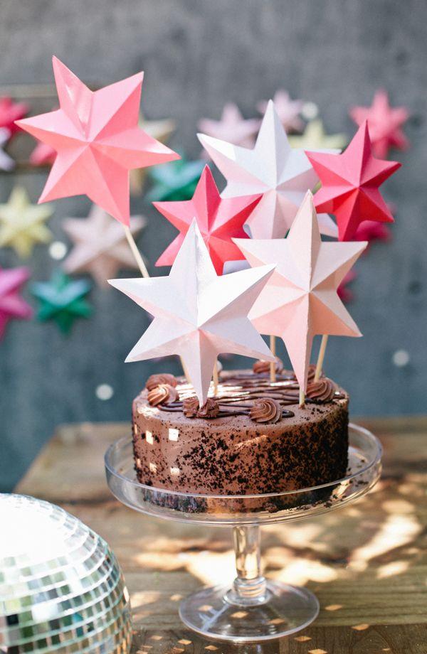 Estas estrellas de papel tienen el don de la versatilidad: podrás colgarlas del techo, pegarlas a la pared o, mejor todavía, incorporarlas a la decoración de una tarta de cumpleaños. […]