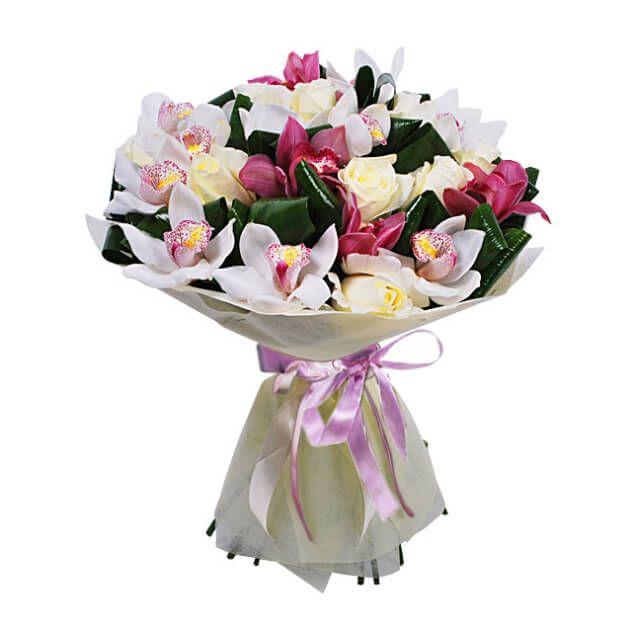 Букет из 13 цимбидиумов и 7 роз (50 см), 4 листа аспидистры. Упаковка фетр с атласной лентой.