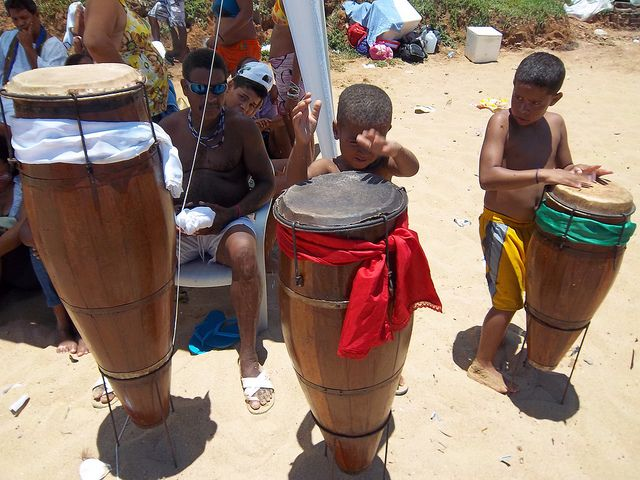 Les trois tambours de Candomblé, Arabaque, et les cloches, Agogos, tous joués par les Alabés, percussionniste initiés. Le Rum est le tambour principal supporté pour délivrer les rythmes des danses par deux plus petits tambours, le Rumpi et le Lé. http://www.artpreneure.com/2014/06/candombe-candomble-musique-danse.html #bresil #bresilculture #candomble #simpregnerApprecierIntegrer