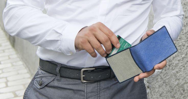 Shagreen belt and wallet. For men. // Ceinture et portefeuille en galuchat. Pour hommes. Available on // Disponible sur : http://www.galerie-galuchat.com/eboutique