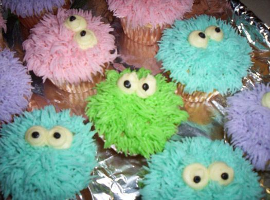 cute monster cupcakes on CakeCentral made by Jennifer - she have used buttercream icing and Wilton tip #233 (grass/fur) to make the little furry cupcake monsters. The eyes is also buttercream icing and are made by using Wilton tip #12 (round) and the pupils with Wilton tip #2 (round).