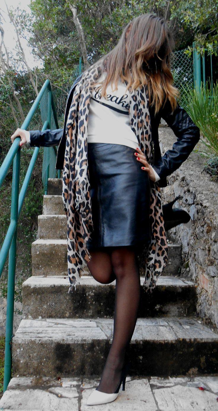 Uno dei miei abbinamenti preferiti è costituito da felpa crop e gonna, corta o lunga che sia. Il look che vi propongo oggi ha come pilastri questi due capi ed è completato da una giacca in ecopelle e da una sciarpa leopardata. Il tocco chic ed elegante è dato dalle pumps bicolor che riprendono sia il nero della giacca e della gonna che il bianco della felpa. Buona giornata! Sweatshirt: Bershka Skirt: H&M Jacket: Sweet Miss Scarf: H&M Pumps: AltraMarea