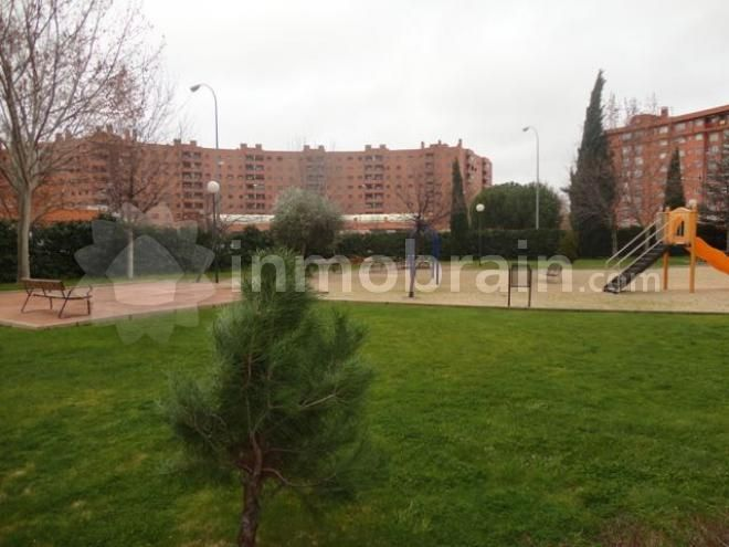 Piso en la localidad de Móstoles con 80 m² repartidos en 2 habitaciones, 2 baños completos, salón comedor con terraza y cocina independiente. Plaza de Garaje y trastero.