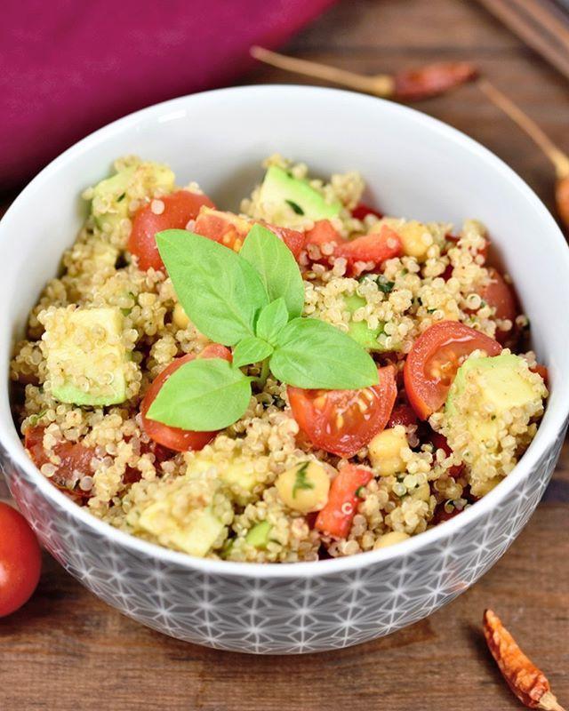 Moin Isst Du Auch So Gerne Quinoa Dieser Quinoa Kichererbsen Salat Mit Avocado Schmeckt Super Als Le In 2020 Rezepte Kichererbsen Quinoa Salat Mit Avocado