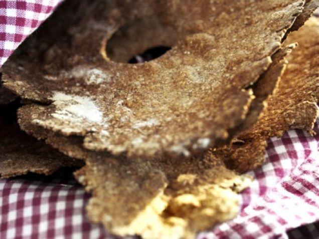 Hembakat knäckebröd är alltid uppskattat och förvånansvärt lättbakat. Servera med en örtkryddad färskost.
