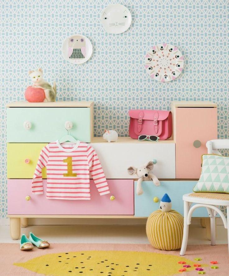 Kinderzimmer skandinavisch stil pastellfarben kommode - Tafelwand kinderzimmer ...