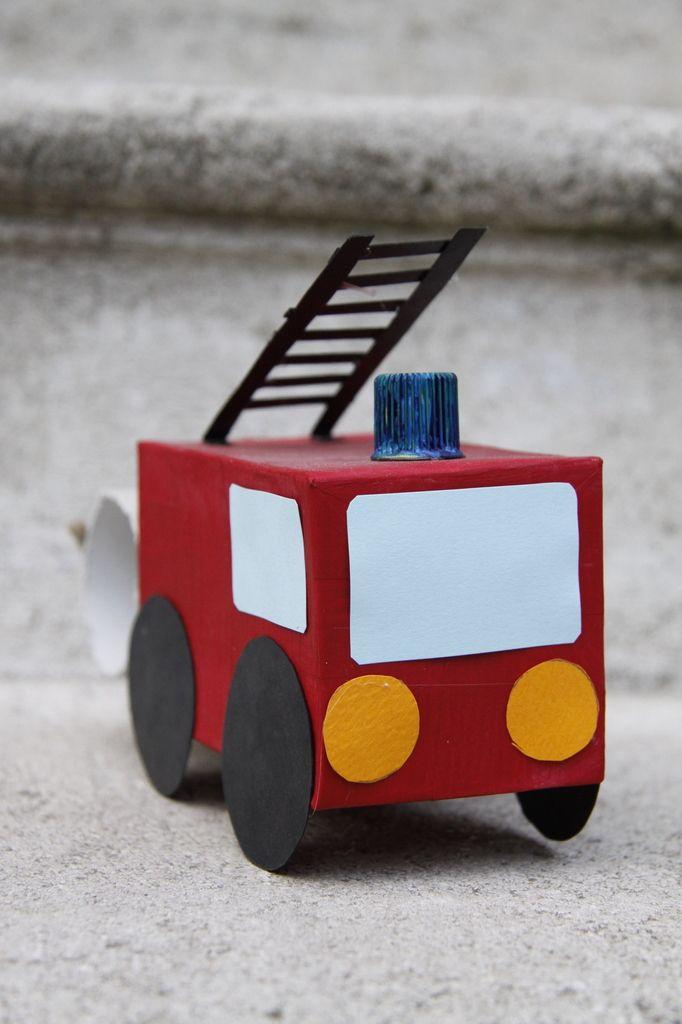 bricolage camion de pompier ... voici un bricolage qui va ravir les plus petits : fabriquer un beau camion de pompier tout en récup' ! Il vous faut 1 petite boîte en carton 1 rouleau de papier toilette 1 bouchon (gourde de compote) 25cm de ficelle Du...