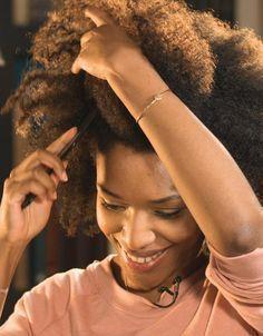 Le maintien de vos cheveux crépus devient facile lorsque vous avez les outils dont vous avez besoin.