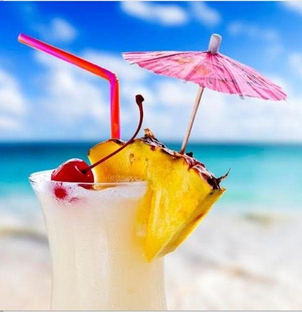 ¿Cómo no tomarse un delicioso #cóctel en #SanAndrés con el #mar de los 7 colores de fondo? Tómatelo con nosotros #HosteríaMarySol