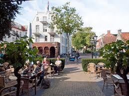 Gezellig van de zon genieten op het terras van hotel Graaf Bernstorff midden in het dorp Schiermonnikoog. Roept dat bij jou ook een vakantiegevoel op?