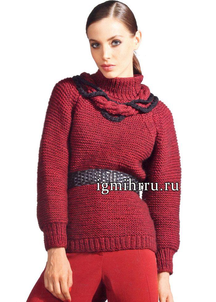 Бордовый свитер-реглан, украшенный вверху кольцом из «кос». Вязание спицами