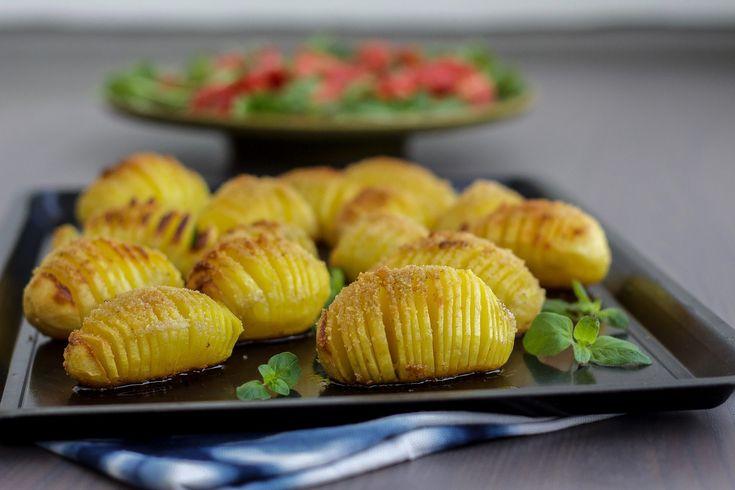Hasselbackspotatis är en favorit som är ett riktigt gott tillbehör till maten. Krispiga ugnsbakade potatisar som passar fint att servera till det mesta. Lika uppskattade att avnjutas till vardags som till fest. 4 portioner hasselbackspotatis 8potatisar (välj fast potatis) Ca 25 g smör 4 msk ströbröd eller riven ost Salt & peppar Gör såhär: Värm ugnen till 225°. Skala potatisarna eller behåll skalet på. Skär varje potatis i tunna strimlor utan att du skär helt igenom potatisen. För att u...