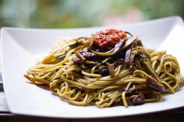 Noodles saltati con Verdure e Salsa Piccante