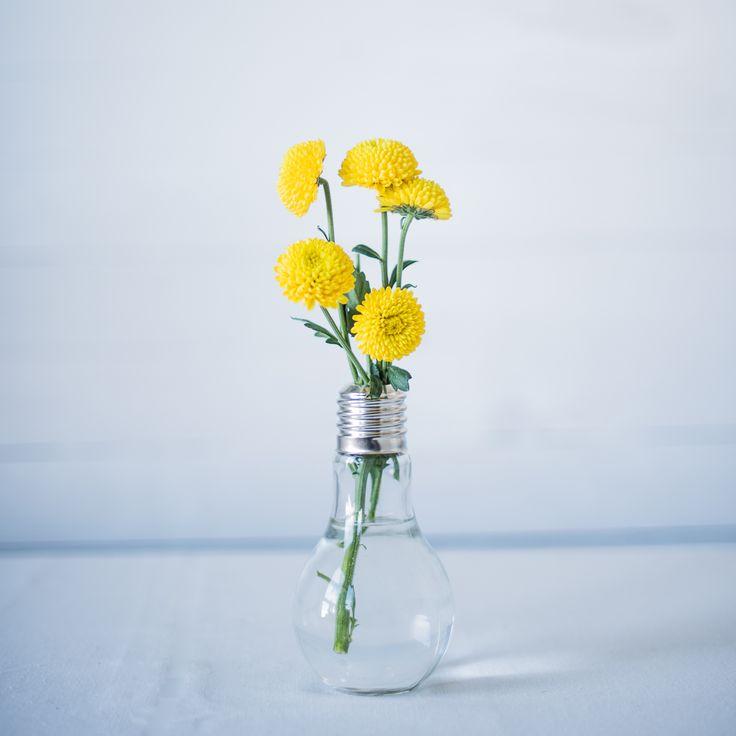 Jarrón o vaso con forma de bombilla. Ideal para darle un punto retro a tu fiesta u hogar. Son de La Tienda de Renata.