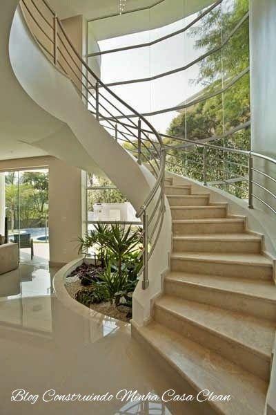 25 melhores ideias sobre escada em curvas no pinterest for Sala de estar grande com escada
