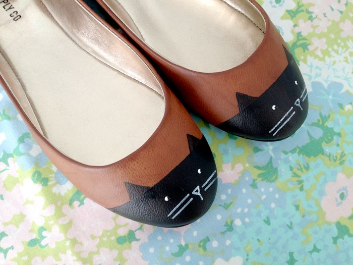 make your own shoes with cats on them with this cute tutorial! #shoeswithcatsonthem