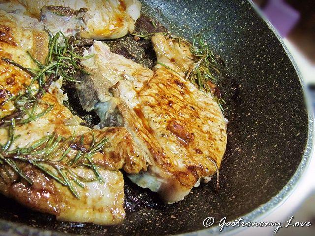 Le braciole di maiale in padella sono un secondo piatto di facilissima preparazione, economico, gustoso e velocissimo da portare in tavola.