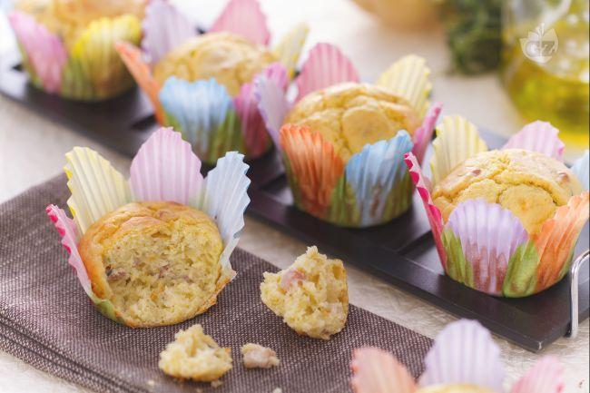 I muffin di patate sono morbidi tortini salati realizzati aggiungendo una patata al classico impasto dei muffin e conditi con pancetta affumicata.