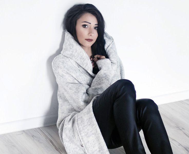 Jasna oversiozwa, wełniana narzutka. Pale, oversize woolen mantle.