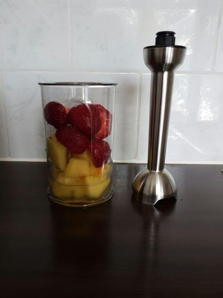 Zomer smoothie met water Het is weer zomer en dan heb je heerlijk zomer fruit. Vandaag een kiwi gold, 1 vierde ananas  (de rest invriezen in aparte zakjes) en natuurlijk verse aardbeien van de boer in Hoogwoud! 100ml water erbij en we hebben onze vitamine weer binnen ☺