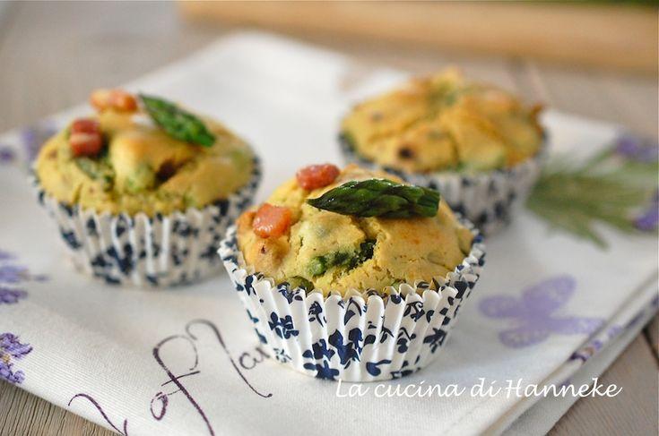 Ci vuole davvero poco per mettere nel cestino da picnic 12 gustosi muffin agli asparagi e pancetta affumicata! La ricetta non contiene ne burro ne olio.