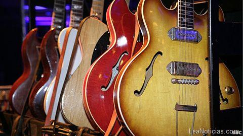 Las guitarras clásicas Gibson pueden ser ahora ilegales - http://www.leanoticias.com/2011/10/19/las-guitarras-clsicas-gibson-pueden-ser-ahora-ilegales/