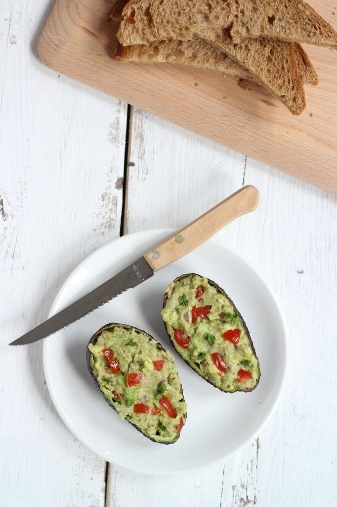 Deze super lekkere tonijn-avocado salade is heerlijk op een cracker of een (stok)broodje en ook nog eens gezond.