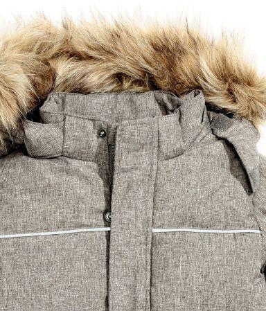 Gri kırçıllı. Dokuma kumaştan, fosforlu detaylı, taklit kürk şeritli ve astarlı çıkarılabilir kapüşonlu, önde çıtçıtlı rüzgar kapaklı ve fermuarlı, önde çıt