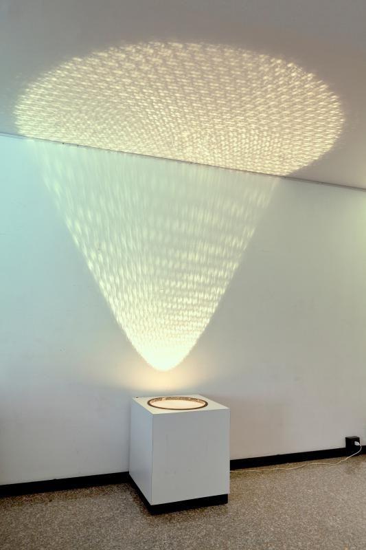 ALBERTO BIASI (1937-) Proiezione di luce e ombre 1961 scatola in compensato con phon, luce e rete metallica cm 60x60x60
