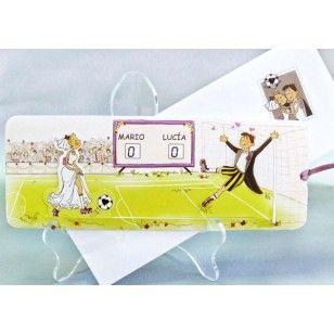Invitatie de nunta haioasa confectionata dintr-un carton lucios avand in prim plan doi miri care joaca fotbal.