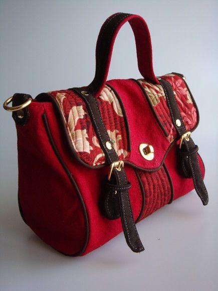Bolsa feita de lona estonada e detalhe em tecido de algodão importado. Possui dois bolsos, um na parte de trás e outro internamente. R$85,00