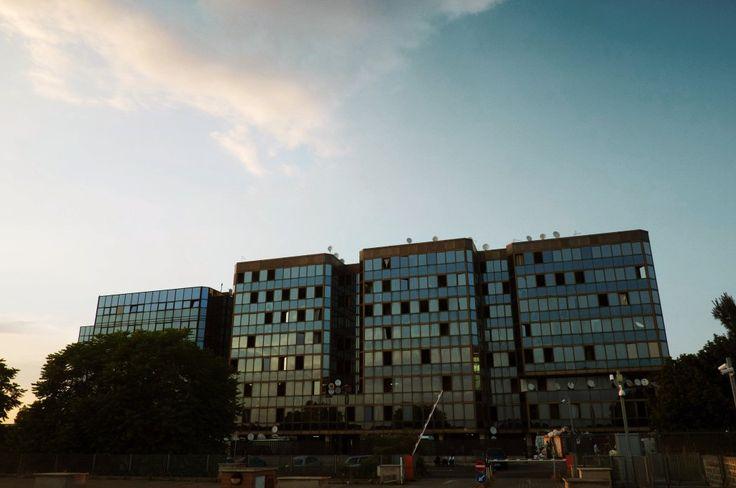 """Palazzo Selam – tradotto: """"Palazzo della Pace"""" – è un edificio di vetro di 9 piani alla periferia di Roma Sud, dal 2006 """"casa"""" di molti rifugiati politici, oggi più di mille."""