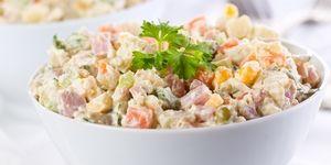 """Секреты приготовления """"Оливье"""". Рецептов приготовления этого салата много. Это рецепт, списанный у самого повара Оливье, в честь которого был назван салат. И не только рецепт, но и секреты его правильного приготовления."""