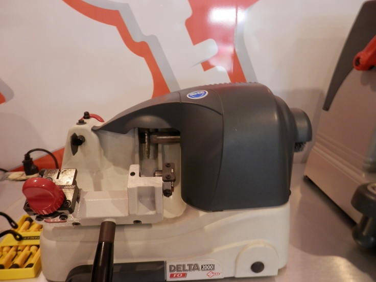 La máquina SILCA DELTA Semi Automática, es una Duplicadora de diseño compacto y ergonómico que simplifican el duplicado de las llaves para cilindros y autos.  Cuenta con amplia garantía debido a la confirmada duración y calidad de sus materiales.  Posee prensa para cuatro posiciones y tecnología de avanzada que respalda un trabajo de duplicado perfecto.