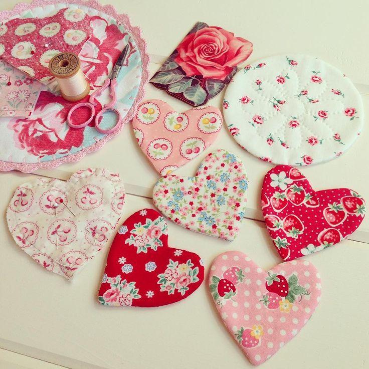 Hand sewing some pretty hearts!! 💕❤️💕❤️ #atsukomatsuyama #lecienfabrics #happyflowerquilts #zakkaworkshop #handsewing #handsewn #handquilting