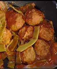 Per le polpette:  400 g di macinato misto  1 patata bollita  1 uovo intero e 1 rosso  40 g di formaggio misto pecorino e parmigiano  Sale  pepe  noce moscata  100 g di mozzarella per pizza  Per le taccole:  500 g di fagioli a corallo  2 piccoli scalogni  200 g di passata di pomodoro  Olio  Sale e pepe  Confezionare le polpette mettendo dentro ad ognuna un quadretto di mozzarella. In un tegame mettere i fagioli puliti e tagliati a metà se sono grandi; unire lo scalogno tritato,  salsa di…