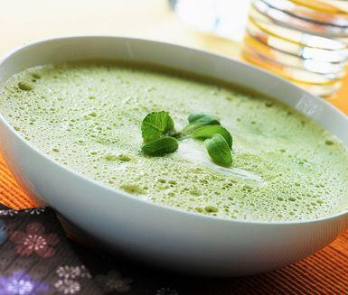 Grön ärtsoppa, även kallad Crème Ninon, är en mycket god soppa som du garanterat kommer att laga flera gånger! Den är smakfull och stilig och passar utmärkt till både vardag och fest!