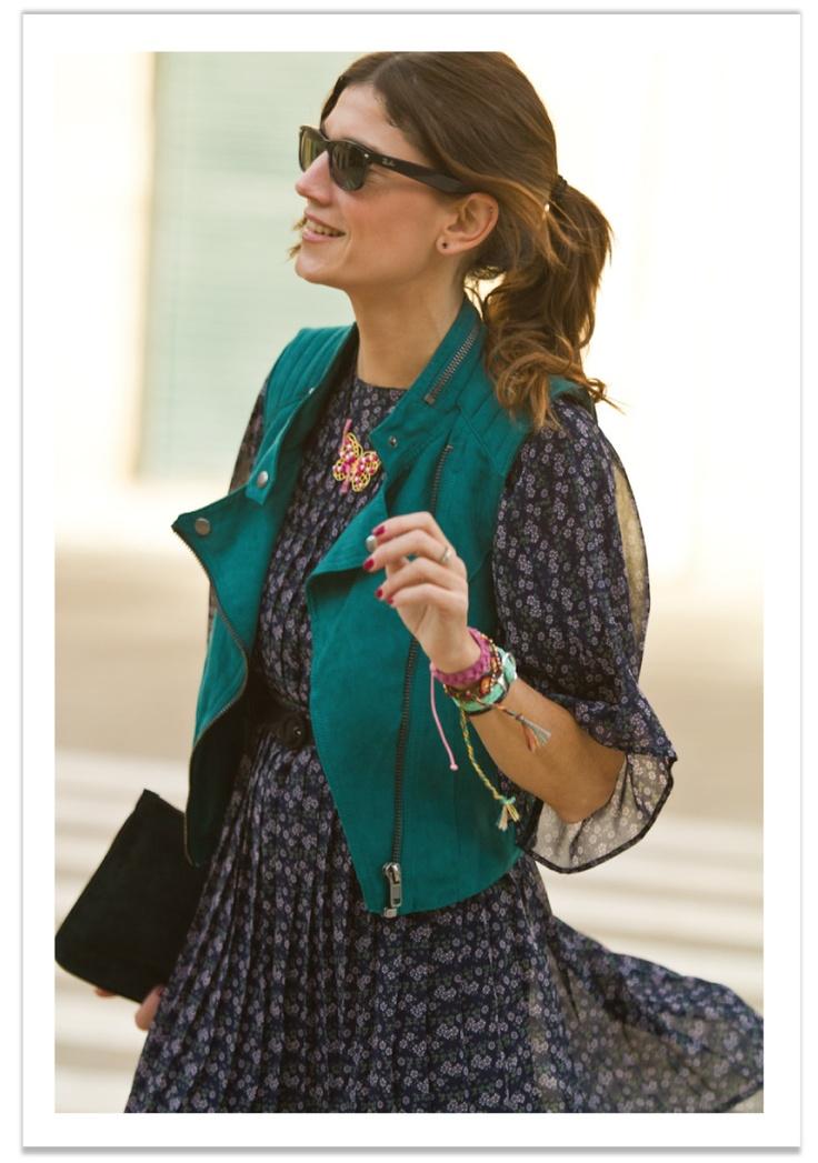 Belén de B a la MODA nos muestra cómo llevar a la perfección un estilo Cowboy, no os encanta?? lo acompaña con varias pulseras entre ellas nuestra pulsera Santorini en color Aguamarina disponible en varios colores en:  http://www.marbcnshop.com/es/pulseras/65-santorini.html