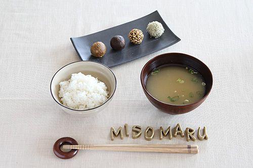 前回は、ミソガールの藤本智子さんに味噌の魅力やメリットについて詳しく教えてもらいました。忙しい朝でも、温かなご飯とお味噌汁があれば心身ともに満たされ、1日を元気に始められますね。今回は、お湯に溶かすだけでお味噌汁が完成する「みそまる」の作り方を具体的に教えてもらいます。