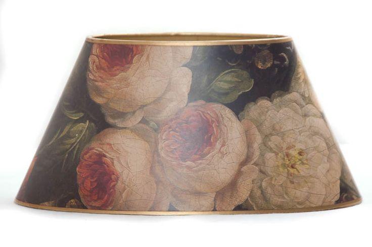 Ovale lampenkamp met geschilderde vintage bloemen.     Een prachtige handgemaakte bloemetjes kap.    Onderaansluiting  Fitting maat E27  Hoogte: 14,5 cm    Patronen kunnen verschillen per exemplaar.