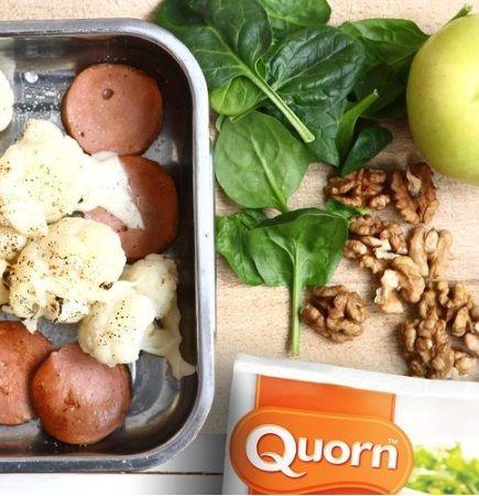 Mozzarellagratinerad blomkål och Quorn middagskorv med äppelsallad