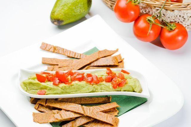 Guacamole, antreu pe bază de avocado, cu pâinici raw, despre care se spune că, pur şi simplu, este unul dintre acele feluri de mâncare care fericesc oamenii.