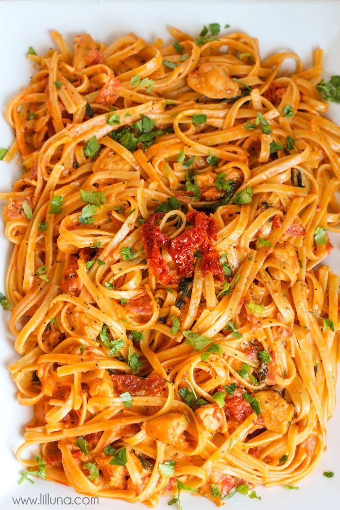 A DELICIOUS copycat recipe of Cheesecake Factory's Sun-Dried Tomato Fettuccine. It is AMAZING!! Recipe on { lilluna.com }