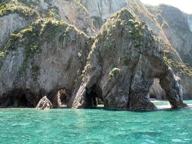 L'isola di Ponza è un piccolo gioiello incastonato nel Mar Tirreno, inprovincia di Latina nel Lazio.Oltre all'isolaomonima, Ponza è composta anche