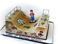 Uma série de bolos de aniversario para skatistas personalizados, alguns bolos imitam o proprio skate e outros modelos mais completos tem um mini ramp ou uma pista completa reproduzindo um skate park.